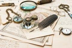 Letras e mapas velhos, pena da tinta do vintage, acessórios antigos Foto de Stock