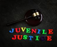Letras e martelo de justiça juvenil imagens de stock