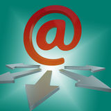 Letras en línea de las demostraciones de las flechas del correo electrónico a los clientes Fotografía de archivo libre de regalías
