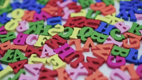 Letras en la tabla, letras coloreadas de giro en una tabla blanca almacen de metraje de vídeo