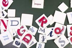Letras escritas à mão das cores misturadas do zênite Fundo da mesa imagens de stock