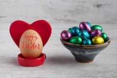 Letras felices 2017 de Pascua en el huevo con el tenedor en forma de corazón rojo Fotos de archivo