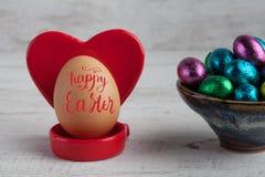 Letras felices 2017 de Pascua en el huevo con el tenedor en forma de corazón rojo Foto de archivo libre de regalías