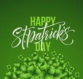 Letras felices del saludo del día de Patricks del santo en fondo de la hoja de los tréboles Ilustración del vector libre illustration