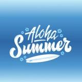 Letras Gard de saludo de la mano de Aloha Summer Surfing Abstract Vector, muestra o cartel Con la tabla hawaiana y las flores de  Fotos de archivo libres de regalías