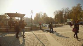 Letras grandes de KONYA cerca del canal viejo y del puente romano almacen de video
