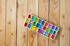 Letras inglesas coloridas nas caixas de madeira para o wordin da decoração Fotos de Stock