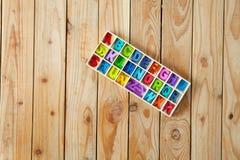 Letras inglesas coloridas nas caixas de madeira para o wordin da decoração Fotografia de Stock