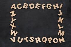 Letras inglesas de madera en fondo negro Imagenes de archivo