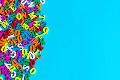 Letras inglesas en el fondo azul compuesto de leter colorido del alfabeto del ABC De nuevo a concepto de la escuela o a inglés de Imagen de archivo libre de regalías