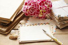 Letras, libros y ramo del vintage de flores rosadas del hortensia Imágenes de archivo libres de regalías
