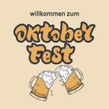 Letras manuscritas de Oktoberfest con los vidrios de cerveza espumosa W stock de ilustración