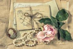 Letras, postales y accesorios viejos del vintage Fotografía de archivo