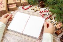 Letras que envuelven y caja de regalo, tarjetas para los saludos de la Navidad Sobres con las letras, los regalos, las ramas de á Foto de archivo libre de regalías