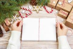 Letras que envuelven y caja de regalo, tarjetas para los saludos de la Navidad Sobres con las letras, los regalos, las ramas de á Imagenes de archivo