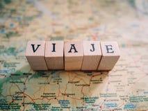 Letras que formam o curso da palavra no espanhol sobre um mapa fotos de stock royalty free
