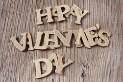 Letras que formam o dia de Valentim feliz da frase em uma SU de madeira Imagem de Stock Royalty Free