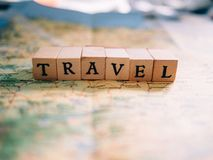 Letras que forman el viaje de la palabra encima de un mapa foto de archivo