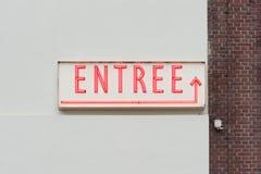 Letras rojas de neón de la palabra de la entrada en una pared blanca imagenes de archivo