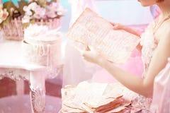 Letras velhas nas mãos da mulher. Fotografia de Stock