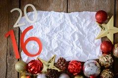 Letras 2016 y árbol de navidad adornado en la pared de madera Fotos de archivo