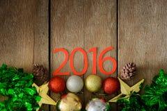 Letras 2016 y árbol de navidad adornado en la pared de madera Fotos de archivo libres de regalías