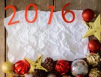Letras 2016 y árbol de navidad adornado en la pared de madera Imagen de archivo libre de regalías