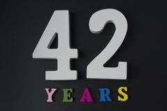 Letras y números cuarenta y dos en un fondo negro Fotos de archivo libres de regalías