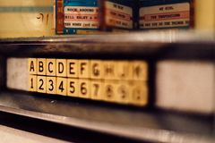Letras y números en una pared en una guardería imágenes de archivo libres de regalías