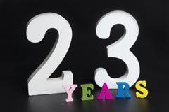 Letras y números veintitrés años en un fondo negro Imagen de archivo