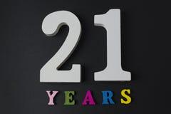 Letras y números veintiuno en un fondo negro Fotografía de archivo libre de regalías