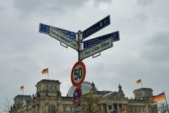 Letreiro da rua perto da construção de Reichstag em Berlim Fotos de Stock Royalty Free