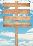 Letreiro de madeira marrom vazio contra o céu azul Fotos de Stock Royalty Free