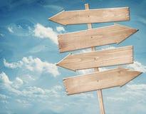 Letreiro de madeira marrom vazio contra o céu azul Imagem de Stock