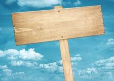 Letreiro de madeira marrom vazio contra o céu azul Fotos de Stock