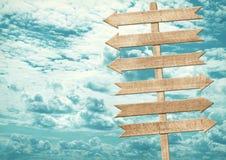 Letreiro de madeira marrom vazio contra o céu azul Foto de Stock Royalty Free