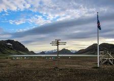 Letreiro do marcador da fuga de caminhada de Laugavegur com sentidos no acampamento do lago Alftavatn, montanhas de Islândia fotografia de stock
