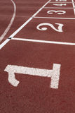 Letreiro dos números em uma pista de atletismo atlética Imagem de Stock Royalty Free