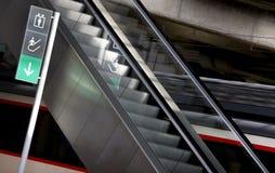 Letreiro e escadas rolantes em uma estação de comboio fotografia de stock