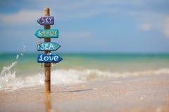 Letreiro feito a mão na praia tropical dentro Foto de Stock Royalty Free