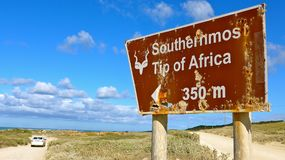 Letreiro velho, oxidado ao cabo Agulhas, África do Sul fotos de stock