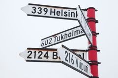Letreiro vermelho com sinais direcionais Fotografia de Stock