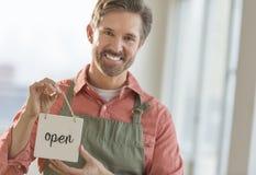 Letrero abierto de la tenencia masculina del dueño imagenes de archivo