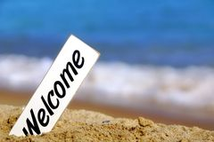 Letrero agradable en la playa del mar Foto de archivo libre de regalías