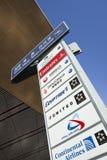 Letrero con los logotipos de la línea aérea en el aeropuerto internacional capital de Pekín Imagenes de archivo