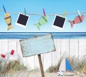 Letrero con otros objetos por la playa Fotos de archivo