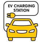 Letrero de la estación de carga de EV con el coche amarillo Fotografía de archivo libre de regalías