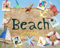 Letrero de la playa de la ejecución con los objetos y las fotos del verano Foto de archivo libre de regalías