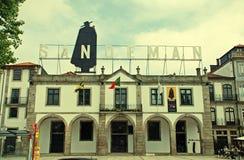 Letrero de la publicidad de Sandeman, Oporto, Portugal Imagen de archivo