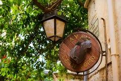 Letrero de la publicidad en la calle turística Rethymno Foto de archivo